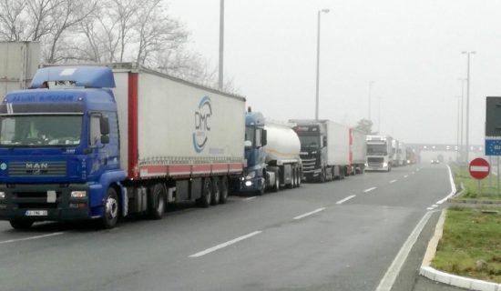 Kamioni na granicama čekaju do tri sata, uobičajene gužve za kraj vikenda 14