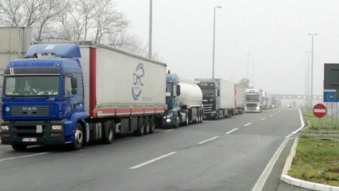 Na graničnim prelazima teretna motorna vozila čekaju od 60 do 180 minuta 4