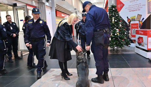 Popović Ivković obišla priradnike granične policije na Aerodromu 14