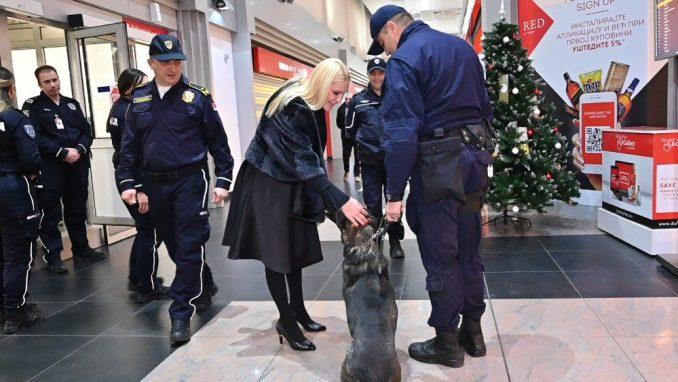 Popović Ivković obišla priradnike granične policije na Aerodromu 1