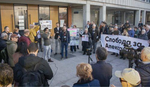 Završen skup podrške uzbunjivaču Aleksandru Obradoviću ispred Višeg suda u Beogradu 3
