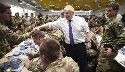 Boris Džonson služio vojnicima božićni ručak 13