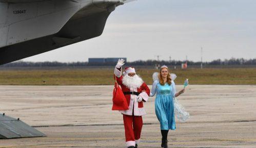 Deda Mraz i Dobra vila vojnim avionom sleteli na batajnički aerodrom i delili paketiće 2