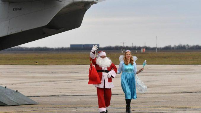Deda Mraz i Dobra vila vojnim avionom sleteli na batajnički aerodrom i delili paketiće 4