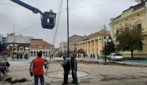 Na trgu u Zaječaru postavljena jelka na mesto gde je nekada bila česma 3