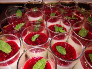 Desert u čaši - praznična panakota sa malinama (recept) 2