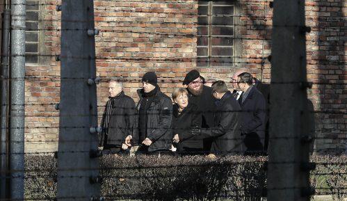 Merkel položila cveće uz Zid smrti u Aušvicu 15