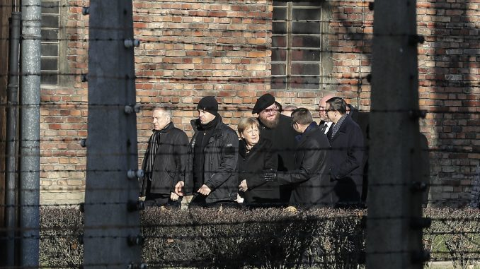Merkel položila cveće uz Zid smrti u Aušvicu 1