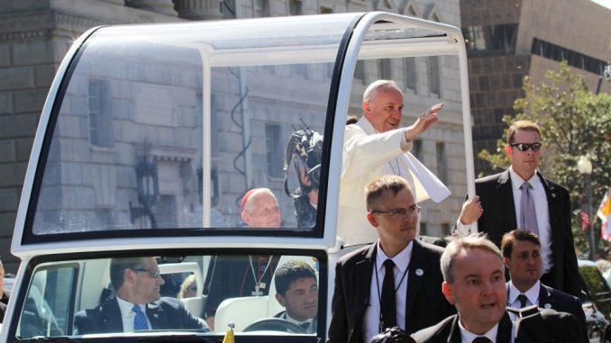 Mediji: Papa negativan na testu za korona virus 4