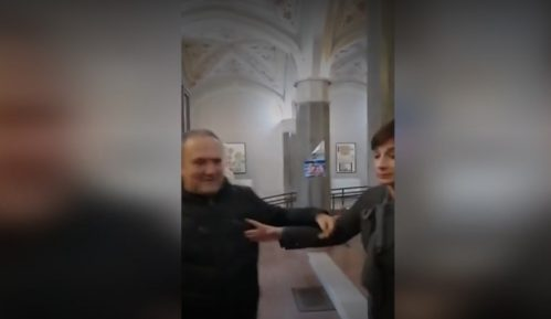Portiri u Skupštini Vršca pokušali da spreče konferenciju opozicionih odbornica 11