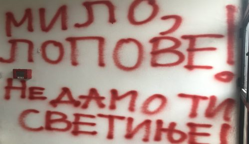 Boško Obradović sprejom ispisao ulaz u ambasadu Crne Gore i najavio protest u 18 časova 10
