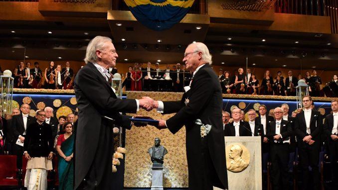Švedski kralj uručio Handkeu Nobelovu nagradu 3