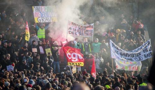 Makron branio penzionu reformu i pozvao na brz kompromis vlade i sindikata 11
