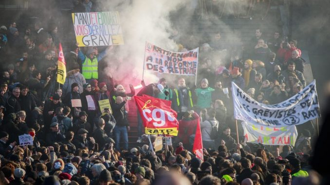 Makron branio penzionu reformu i pozvao na brz kompromis vlade i sindikata 4