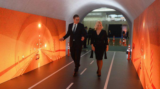 Vučić otvorio izložbu o infrastrukturi 5