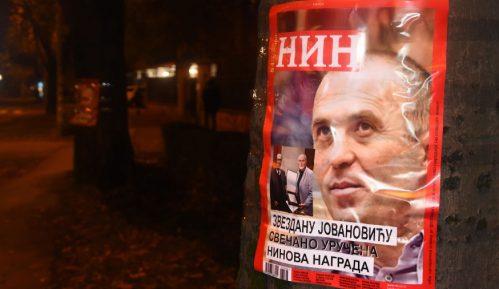 Demokratska omladina na portirnici MUP-a ostavila montirane plakate NIN-a 12