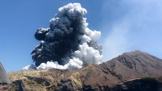 Vulkan na Novom Zelandu izbacuje još pare i blata, odloženo izvlačenje tela 1