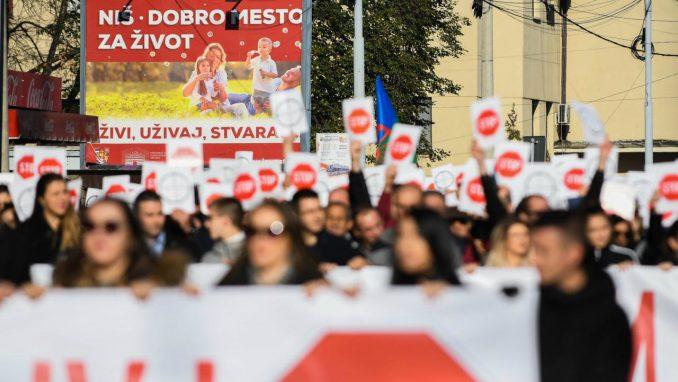 U Nišu održan protest naprednjaka protiv naslovnica NIN-a i Danasa 4