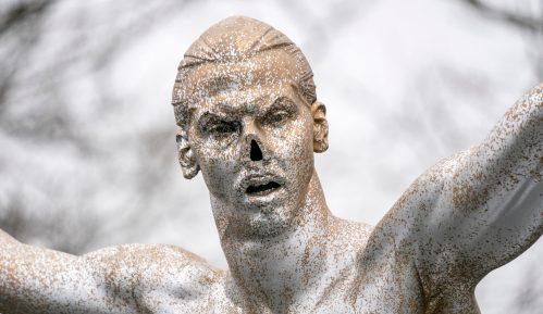 Malme spreman da izmesti vandalizovanu statuu Zlatana Ibrahimovića 14