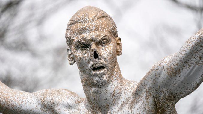 Malme spreman da izmesti vandalizovanu statuu Zlatana Ibrahimovića 1