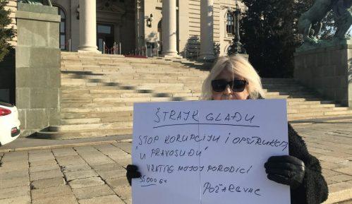 Požarevljanka štrajkuje glađu ispred Skupštine, poslanici je ignorišu 1