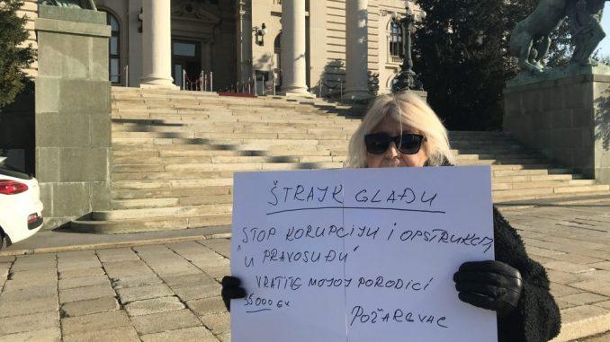 Požarevljanka štrajkuje glađu ispred Skupštine, poslanici je ignorišu 2