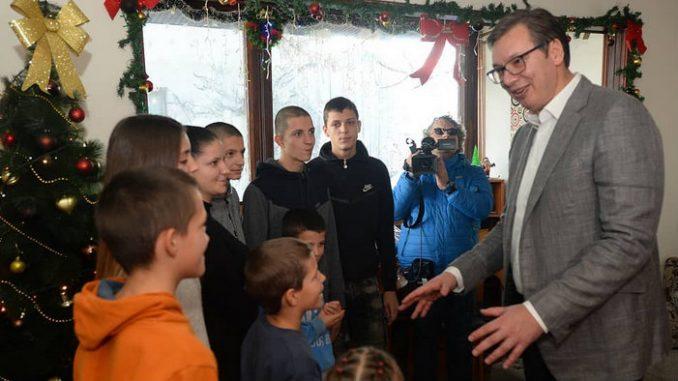 Vučić u Laćarku obišao porodicu sa devetoro dece i podelio paketiće 4