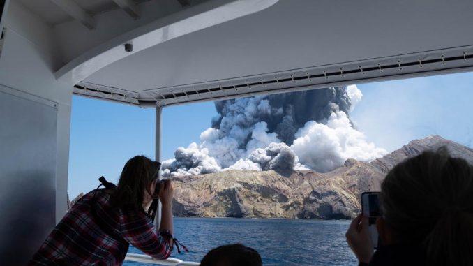 Najmanje pet ljudi je poginulo, osmoro se vodi kao nestalo, u erupciji vulkana Vakari 1