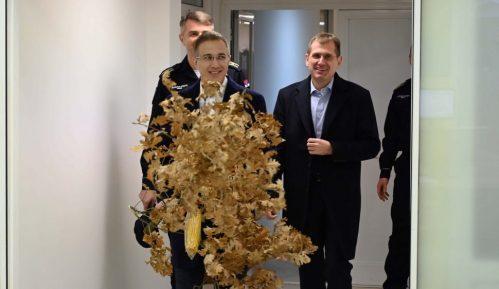 Strefanović uneo badnjak u Komandno-operativni centar policije 7