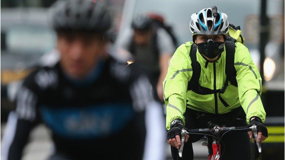 biciklista s maskom