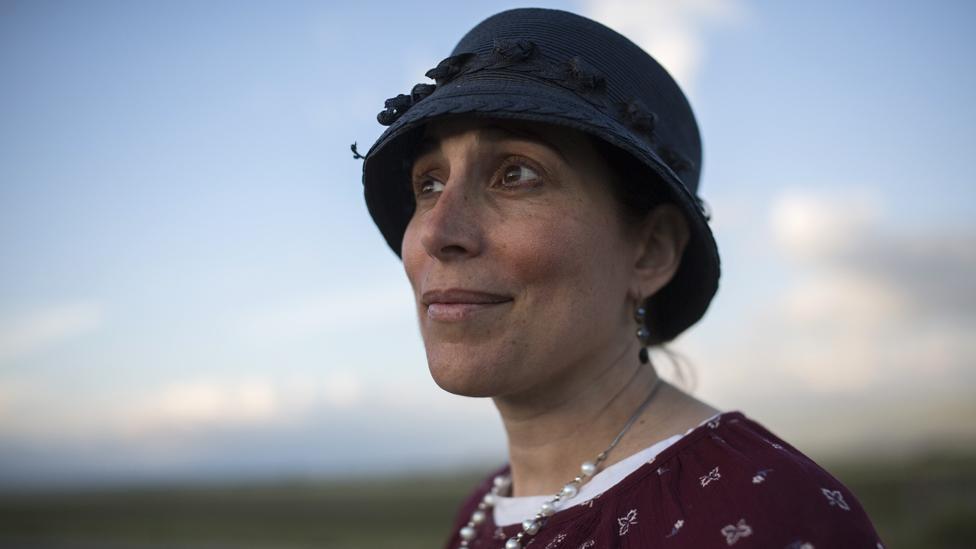 Šani Taragin, 45, je predavač na temu zdravlja žena i jevrejskog prava. Stoji u polju pšenice na severu Izraela tokom praznika Pesah (fotografija Hajdi Levin za BBC)