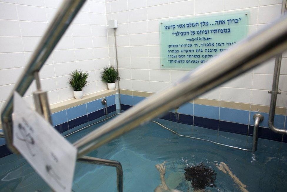 Jevrejka ulazi u vodu mikve u Jerusalimu - religija od svih udatih ortodoksnih žena zahteva da odlaze na ritualno kupanje, noću, sedam dana po okončanju menstrualnog ciklusa