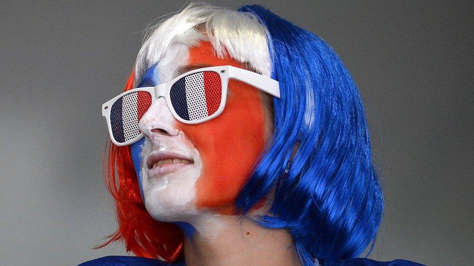 Devojka sa licem u bojama francuske zastave