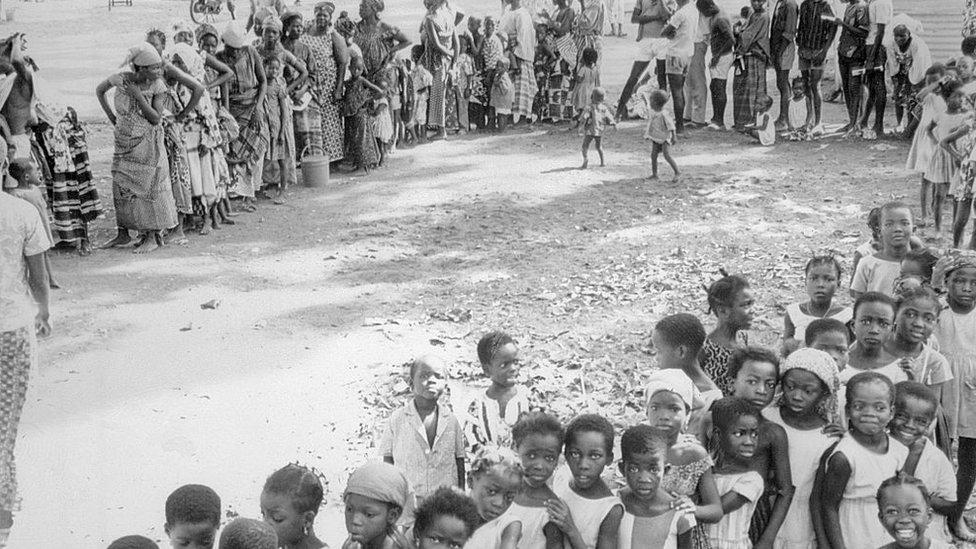 Ljudi u redu čekaju na vakcinaciju protiv velikih boginja u Nigeru 1969. godine