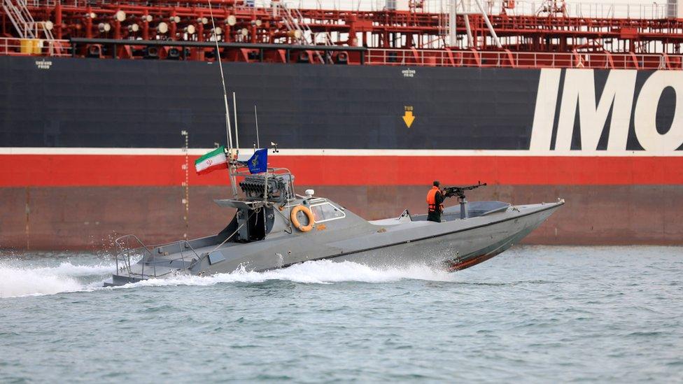 "Patrolni brod Iranske republikanske garde ispred britanskog broda ""Stena impero"" kome je onemogućen prolaz"
