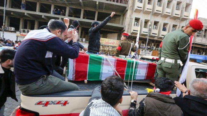 """Kasim Sulejmani: Hiljade na pogrebnoj povorci u Bagdadu, Tramp kaže da je general ubijen da bi se """"sprečio rat"""" 1"""