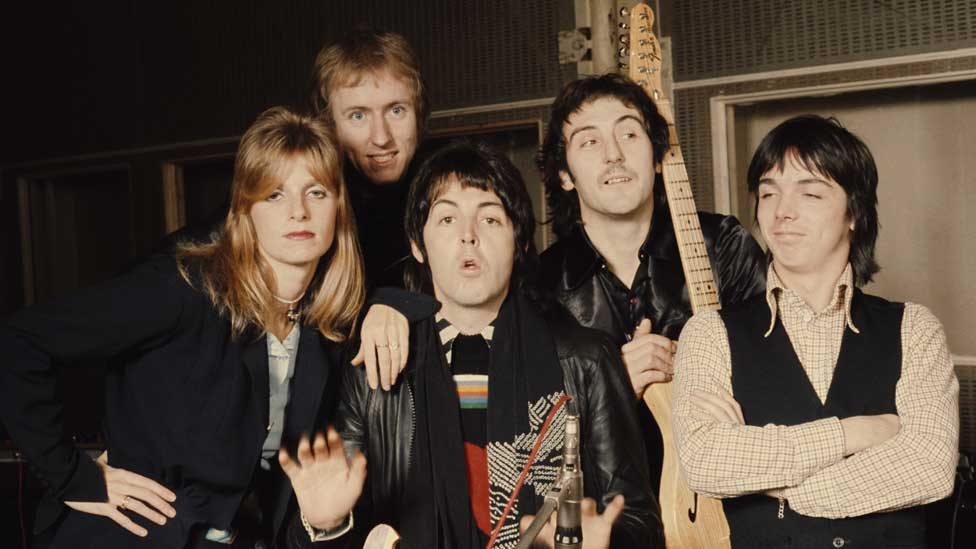 Paul McCartney (centre) with Linda McCartney, Geoff Britton, Denny Laine and Jimmy McCulloch (Wings) in 1974