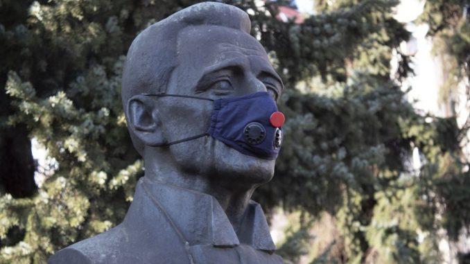 Zagađenje vazduha i Smederevo: Aktivisti stavili maske znamenitim ličnostima 3