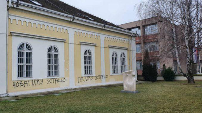 Uvredljivi grafiti na znamenitim šabačkim zgradama 1