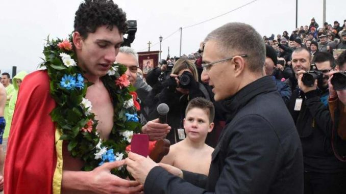 Stefanović na plivanju za Časni krst u Grockoj 4
