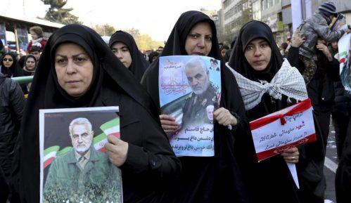 Masa ljudi u Teheranu odaje poštu ubijenom generalu Sulejmaniju 8