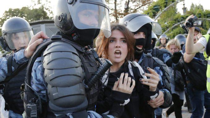 Osmoro uhapšenih u Moskvi na skupu u znak sećanja na ubijenog advokata i novinarku 3