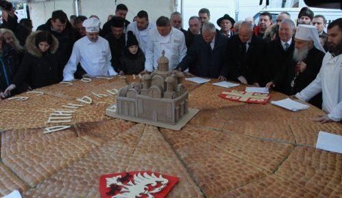 Na tradicionalnom lomljenju česnice ispred Hrama oko 2.500 ljudi (FOTO) 14