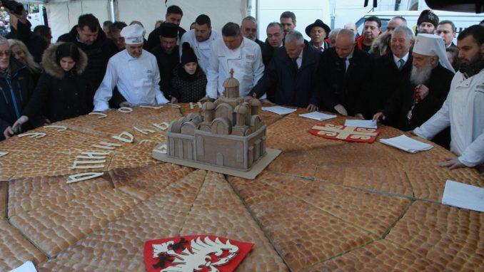 Na tradicionalnom lomljenju česnice ispred Hrama oko 2.500 ljudi (FOTO) 6