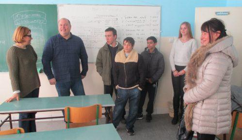 Učenici Mlekarske škole iz Pirota prikupljali pomoć za učenike iz Strelca 1