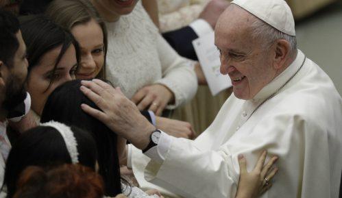 Papa poredi umrle negovatelje sa vojnicima poginulim na frontu 9