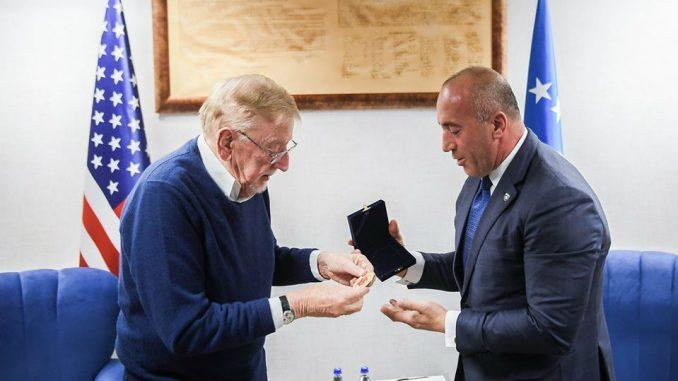 """Haradinaj odlikovao Vokera medaljom """"Skenderbeg"""" 2"""