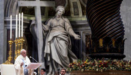 Papa se izvinio što je izgubio strpljenje sa vernicom koja mu je zgrabila ruku 15