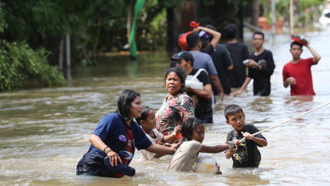 Najmanje 30 osoba poginulo u poplavama u Indoneziji 5