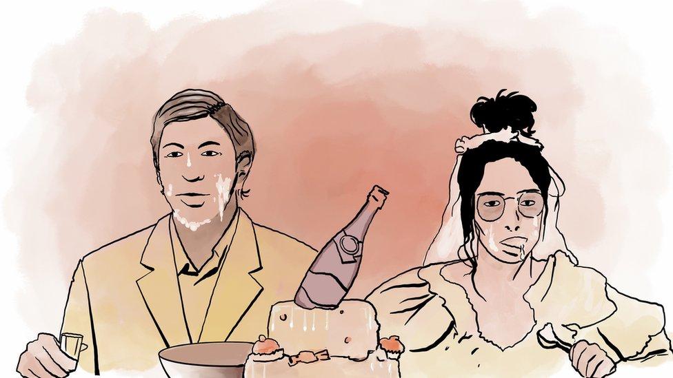"""Spektaklь """"Svadьba"""", gde za prazdničnыm stolom vse v kreme ot torta sidяt ženih i nevesta"""